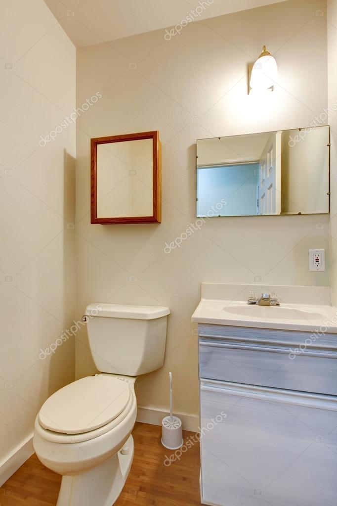 Wastafel En Kast.Eenvoudige Badkamer Met Kleine Wastafel Kast En Spiegel Stockfoto