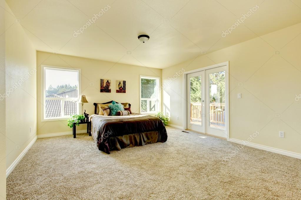 Elegante Und Einfache Schlafzimmer In Milchigen Tönen Mit Braun Bett Und  Beigen Teppich. Nordwesten, Usa U2014 Foto Von Iriana88w