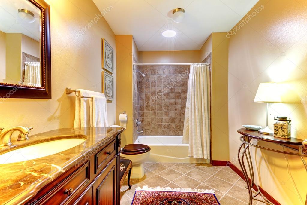 Dorato e bel bagno con piastrelle in ceramica marrone u foto stock