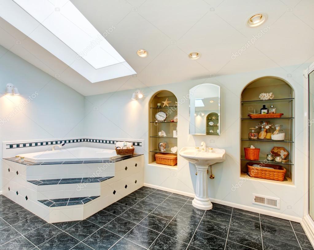 Bagno padronale con vasca da pavimento e angolo mattonelle di