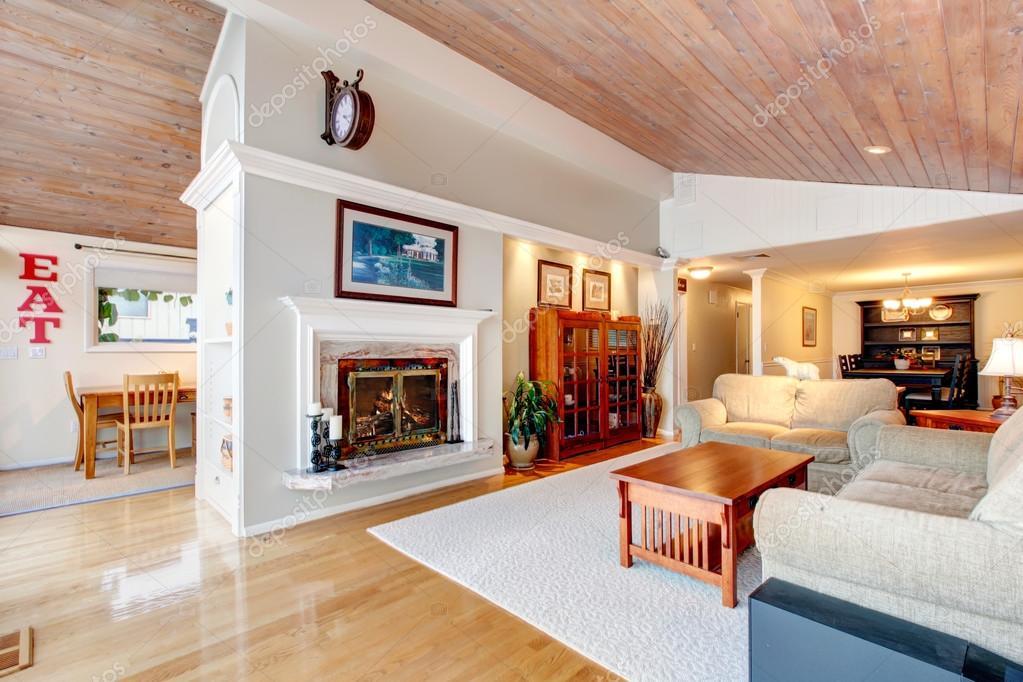 Tolle wohnzimmer interieur mit schräge holzdecke u2014 stockfoto