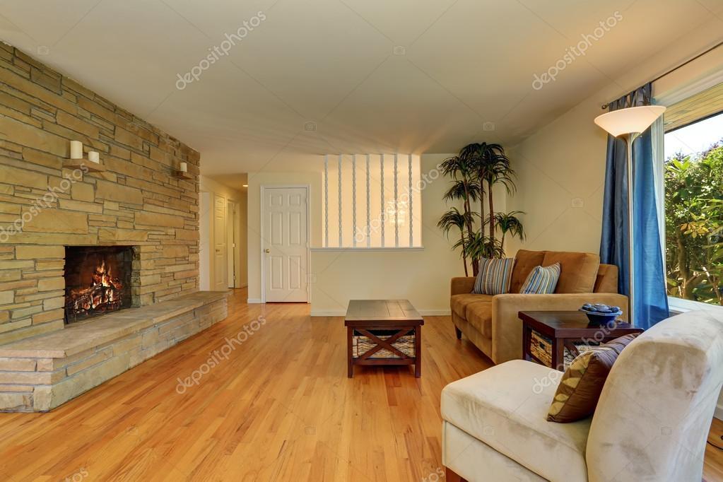 Szép nappali, kék és barna színben, kő, csempe kandalló — Stock ...
