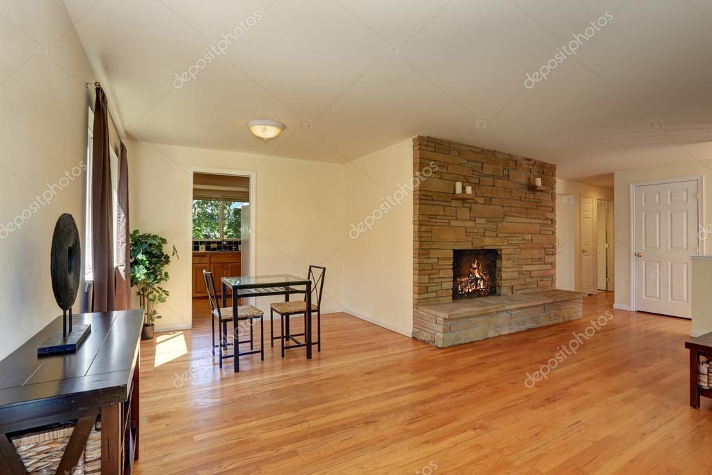 Mooie woonkamer in blauwe en bruine kleuren met steen tegel open ...