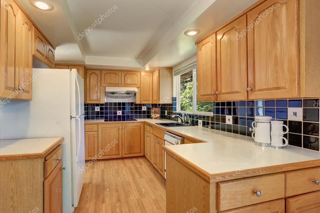 Küche Zimmer Mit Hellen Braun Schränke, Weißen Geräten Und Blaue Kachel  Aufkantung Innenverkleidung. Nordwesten, Usa U2014 Foto Von ...