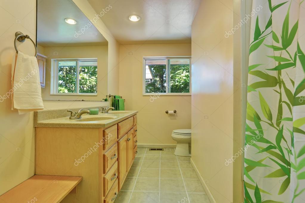Helles Badezimmer Mit Waschbeckenunterschrank Fliesen Boden Und Grnen Vorhang Nordwesten Usa Foto Von Iriana88w