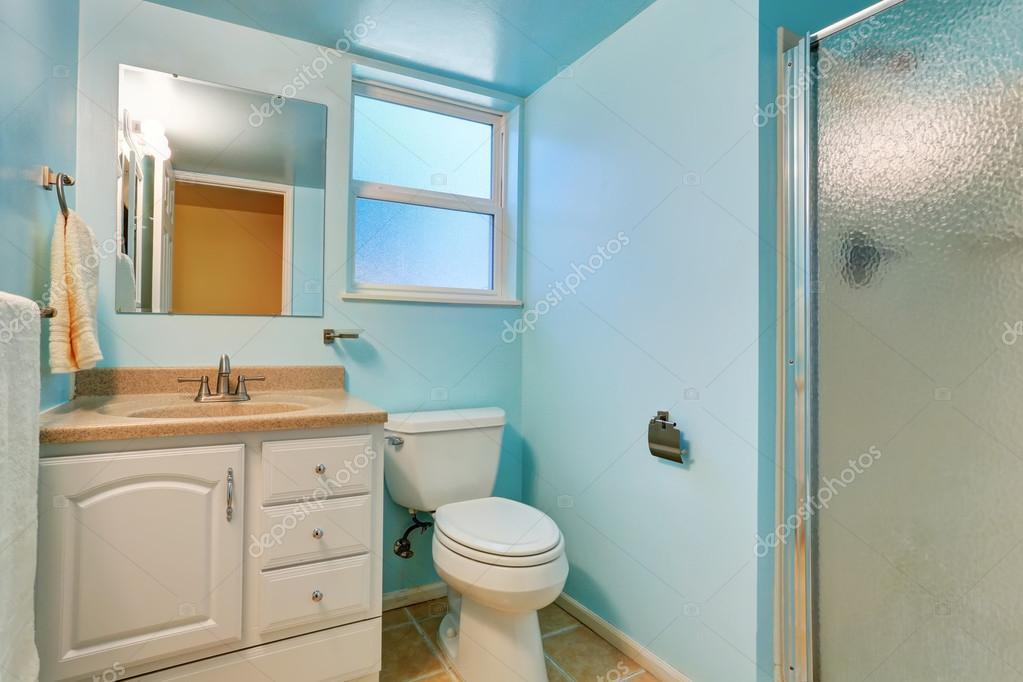Interieur blauwe badkamer met witte kast en graniet terug naar boven ...