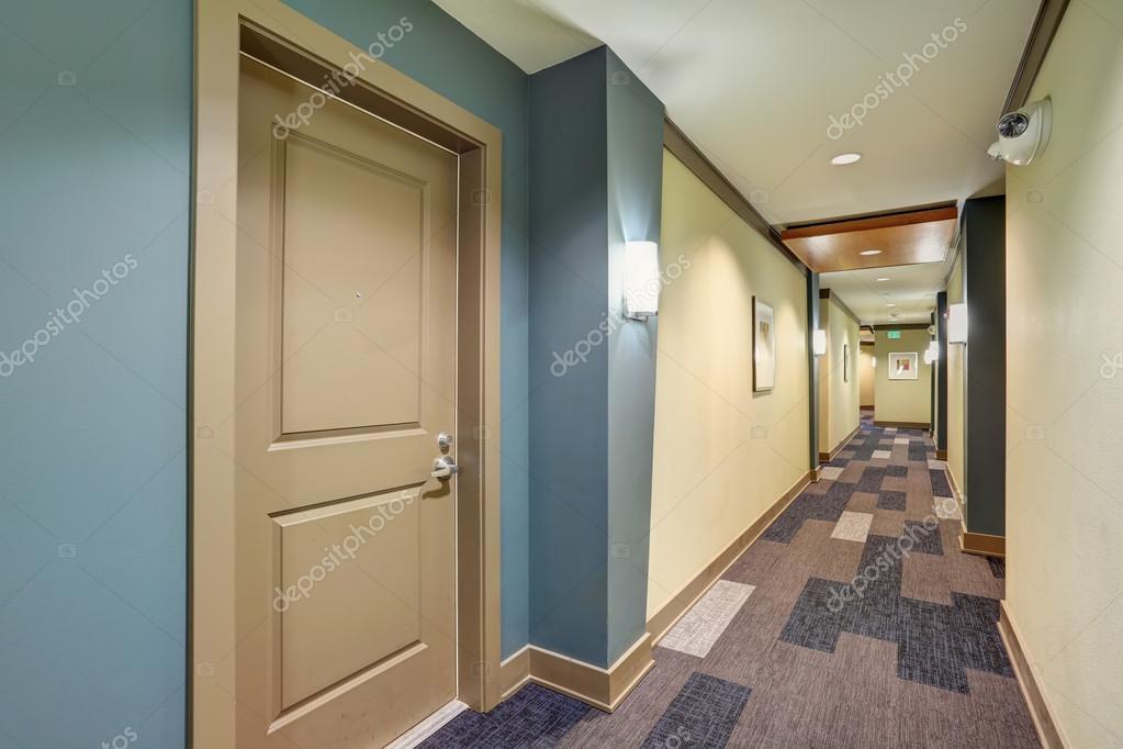 Tapijt Voor Gang : Lange blauwe corridor met tapijt vloer in flatgebouw u stockfoto