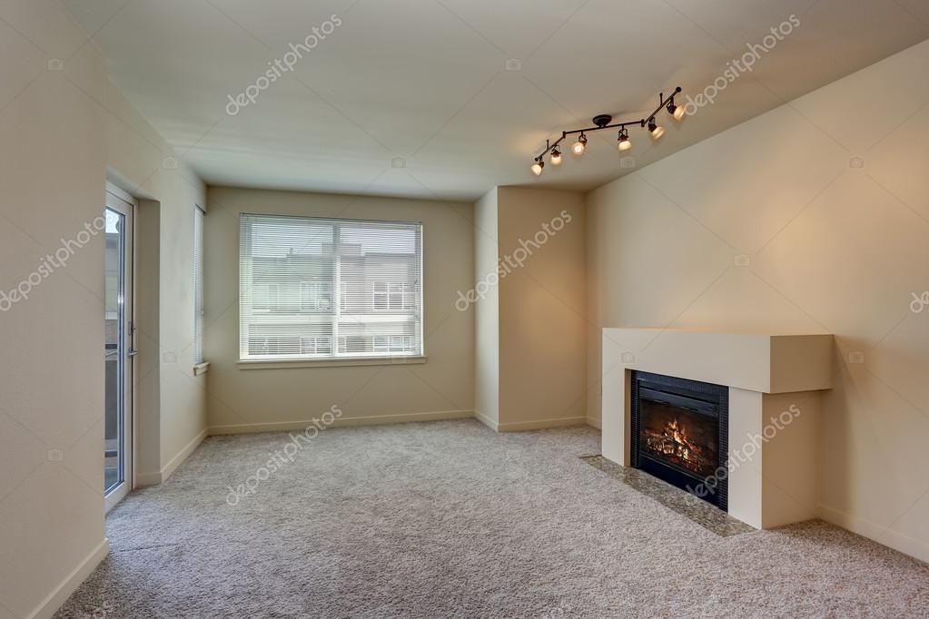 Openhaard In Woonkamer : Interieur van lege woonkamer met open haard u stockfoto