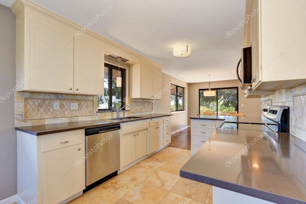 Interiore della cucina con piastrelle alzatina trim e ...