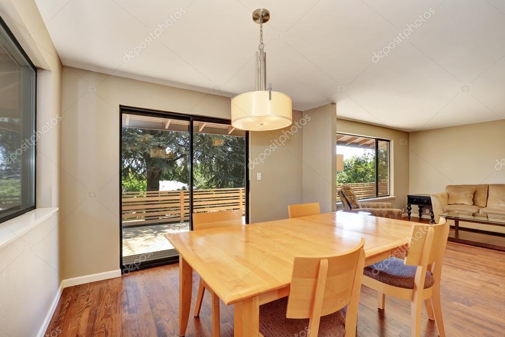Comedor con mesa de arce y salida a la cubierta — Fotos de Stock ...