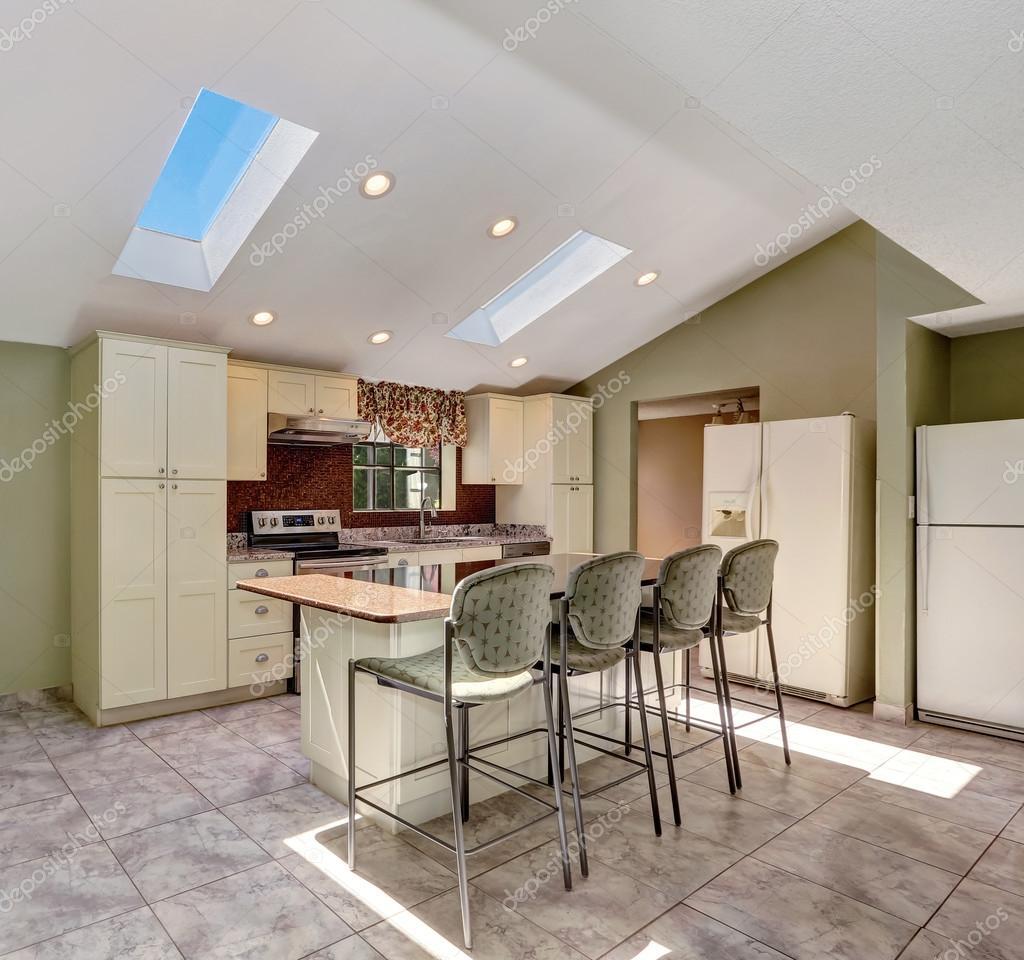Helle sonnige Küche mit gewölbter Decke und Oberlichter — Stockfoto ...