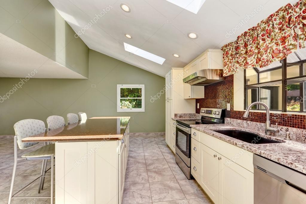 Cuisine Ensoleillée Lumineuse Avec Plafond Voûté Et Puits De Lumière