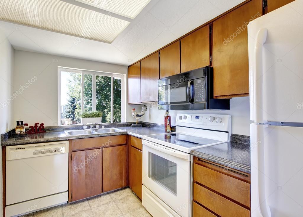 Kleine und einfache Küche Interieur mit weißen Geräten — Stockfoto ...