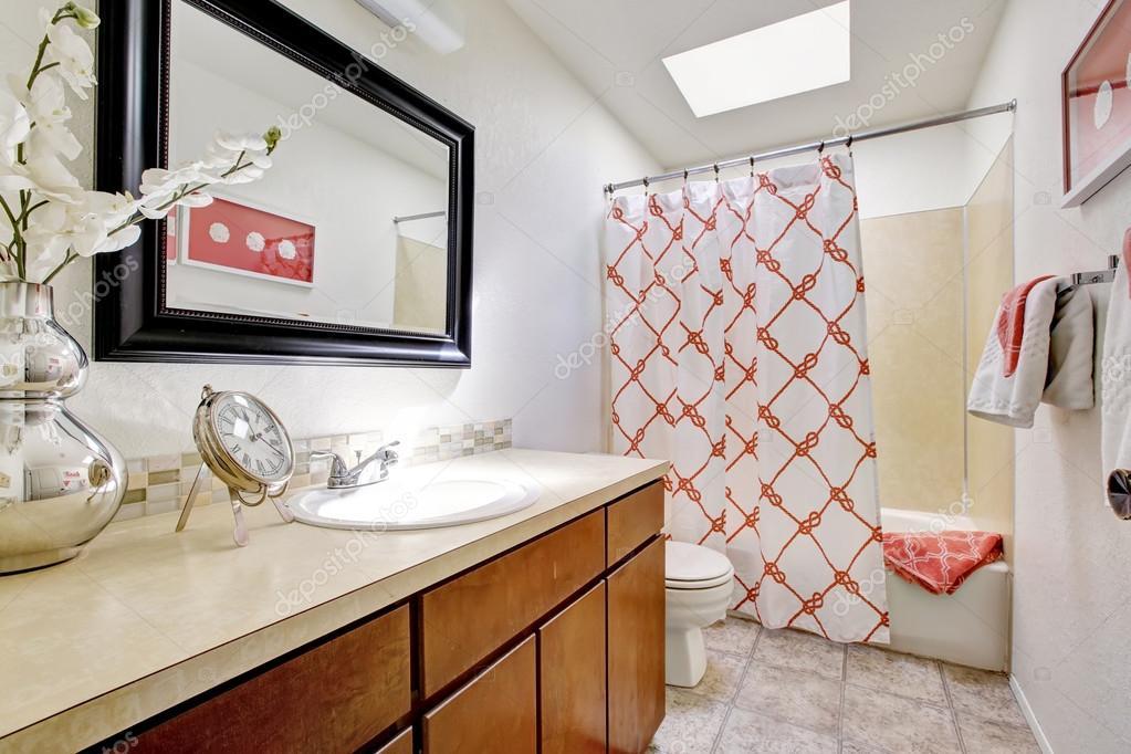 Badkamer Met Dakraam : Elegante eenvoudige badkamer met dakraam en verse bloemen