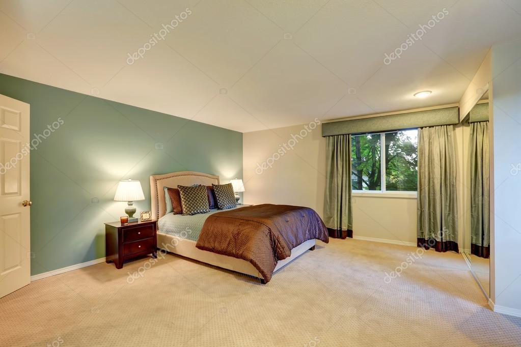 Slaapkamer Met Tapijt : Munt en bruin slaapkamer met beige tapijt vloer u stockfoto