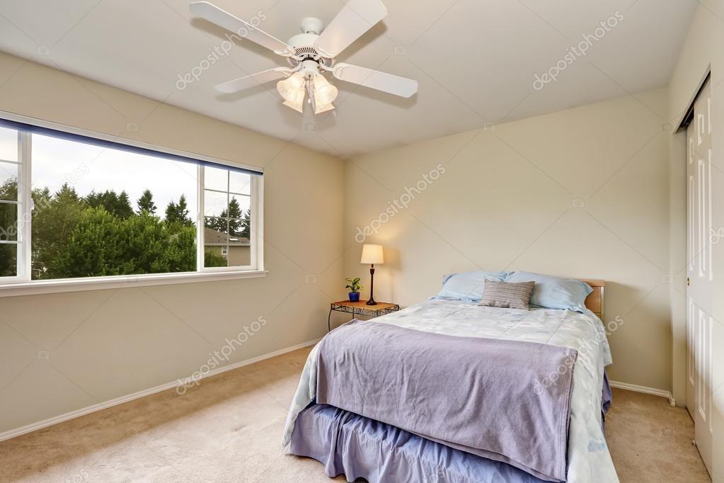 Slaapkamer Kleur Blauw : Slaapkamer interieur in pastel blauw en beige kleur u2014 stockfoto