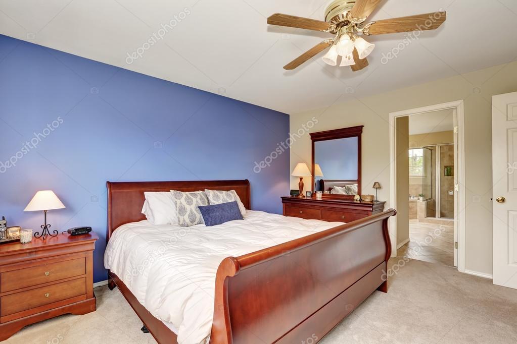 Eenvoudige maar knusse slaapkamer met contrast lavendel muur