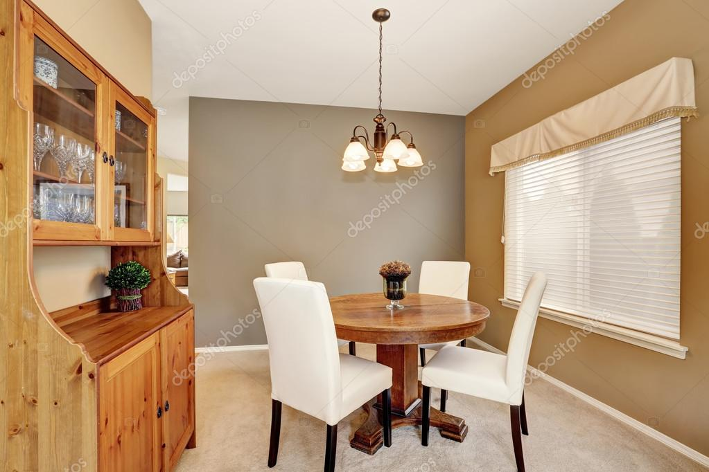 Acogedor comedor con sillas blancas y mesa redonda vintage — Foto de ...