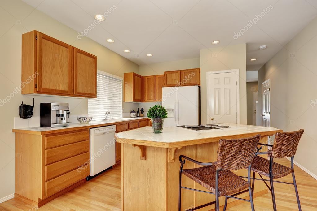 Interiore della luce cucina in legno con sgabelli cucina isola e