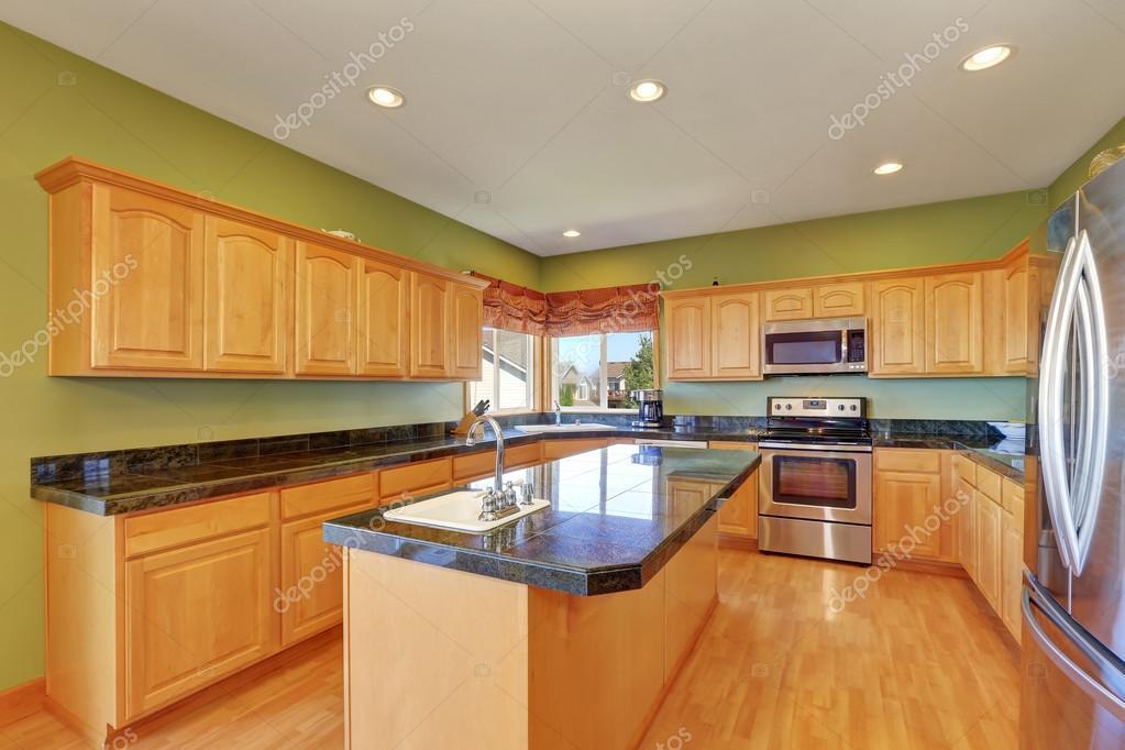 Amplia cocina con paredes verdes y piso de madera — Fotos de Stock ...