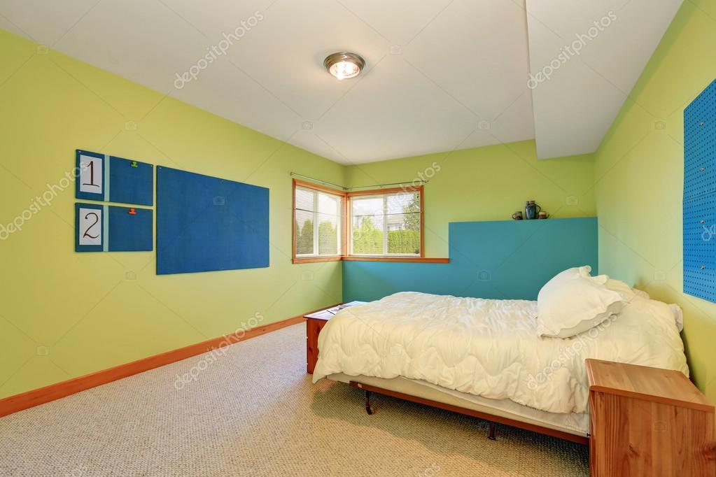 vrolijk slaapkamer interieur met heldere groene en blauwe muren stockfoto
