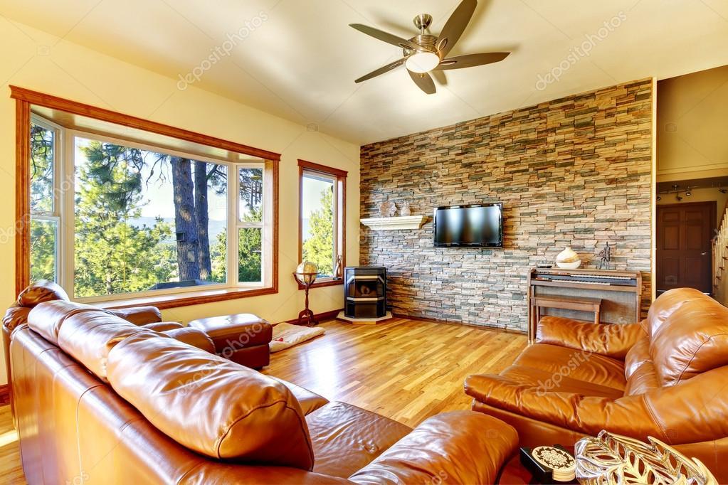 Hochwertig Braune Wohnzimmer Interieur Mit Leder Sofa Set Und Dekorative Steinwand.  Nordwesten, Usa U2014 Foto Von Iriana88w