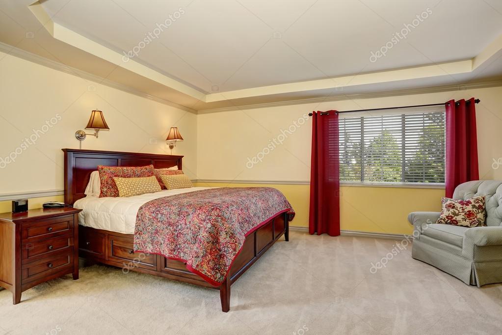 Interior de dormitorio con muebles de color marrón oscuro y las ...