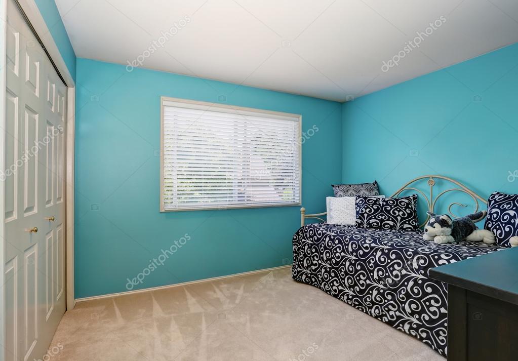 Moderne blauwe volwassen slaapkamer interieur met garderobe