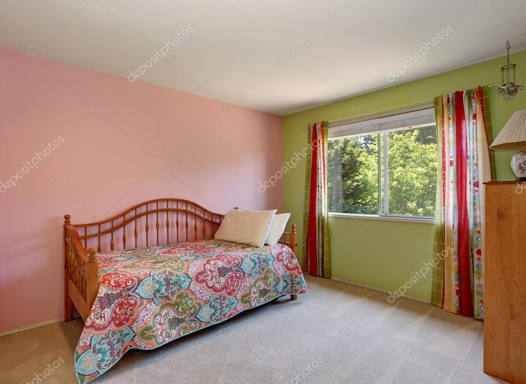 Moderne roze volwassen slaapkamer interieur. ook groene muur en