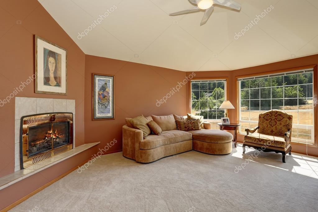 acogedora sala de estar interior con azulejos chimenea y grandes ventanales u foto de stock