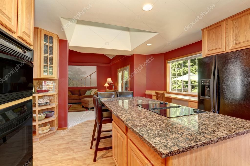 Interiore della camera cucina con pareti rosse piano in for Ambientes chicos