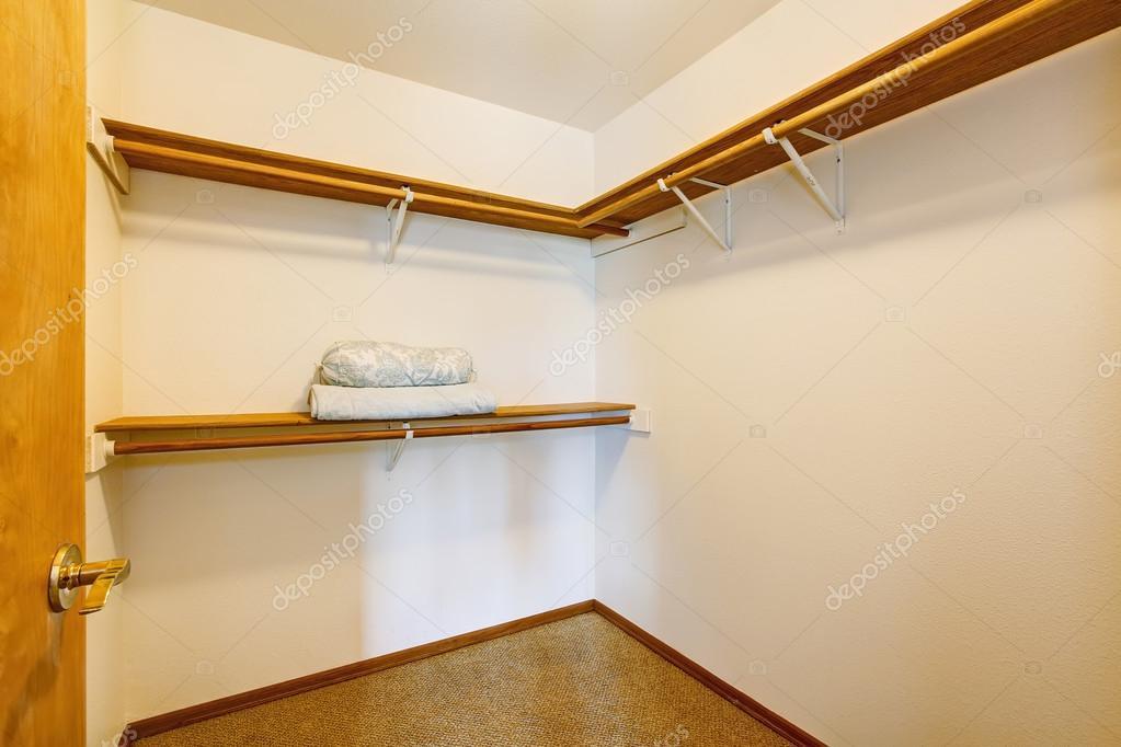 Kast Met Planken : Lege smalle walk in kast met planken en tapijt vloer u stockfoto