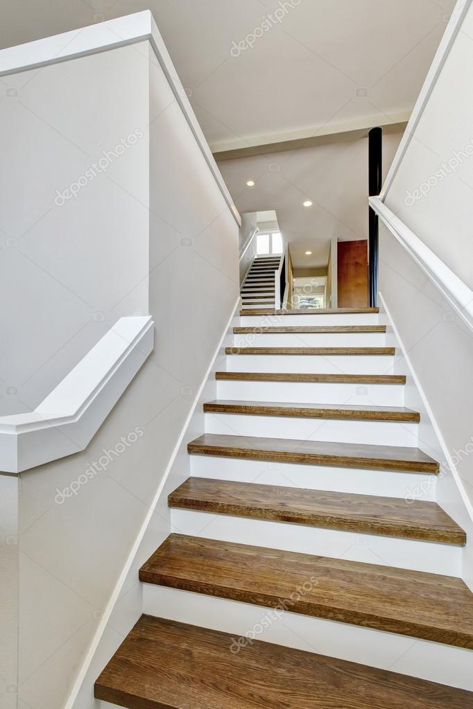fotos segundo piso de madera vista de las escaleras de