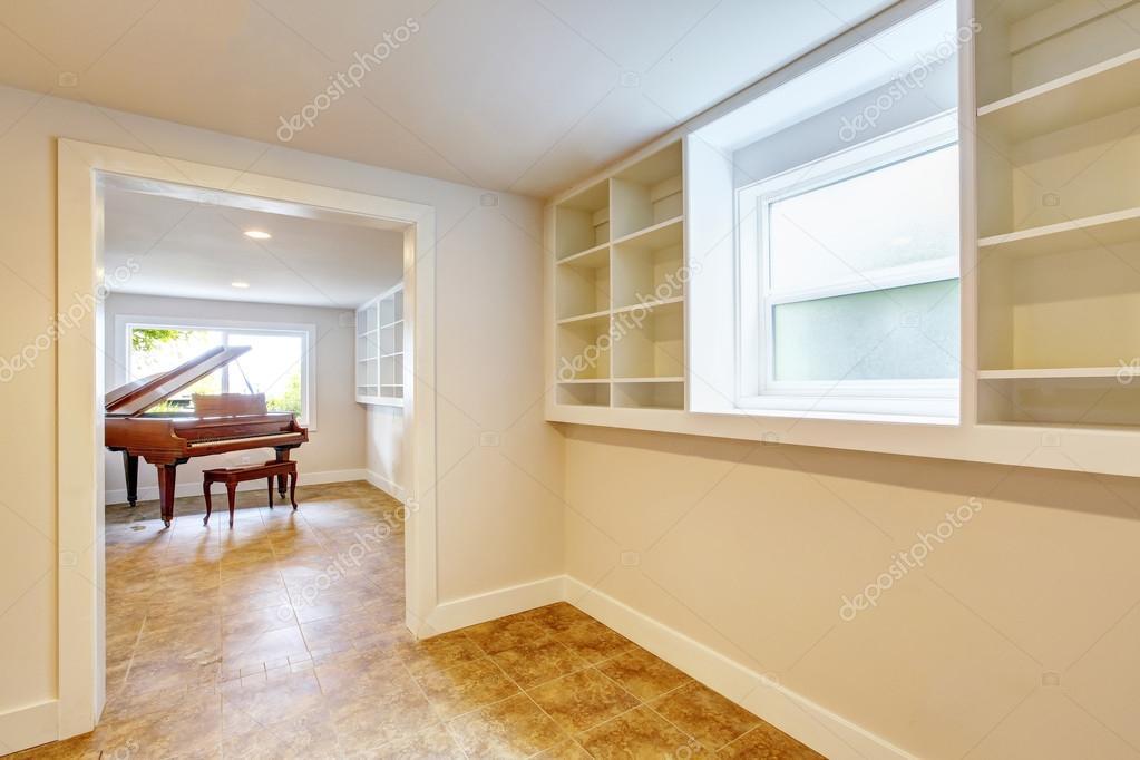 Open space al piano interno con pareti in toni chiari e pavimento