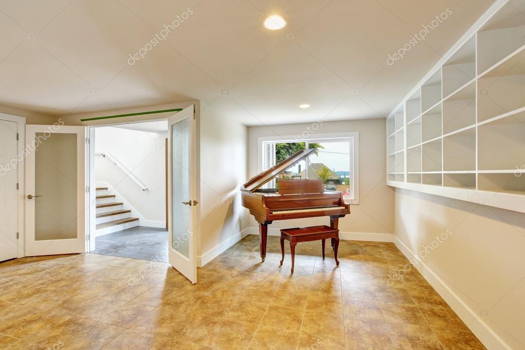 Open space al piano interno con pareti in toni chiari e pavimento di