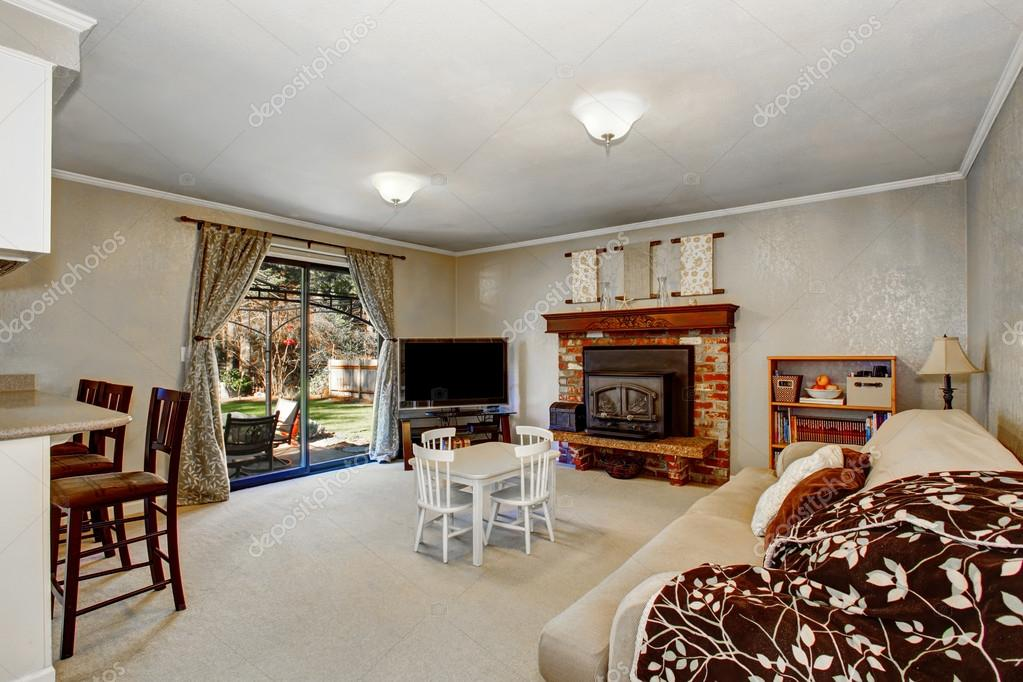 Open Floor Plan Living Room With Fireplace, Carpet Floor. U2014 Fotografia De  Stock