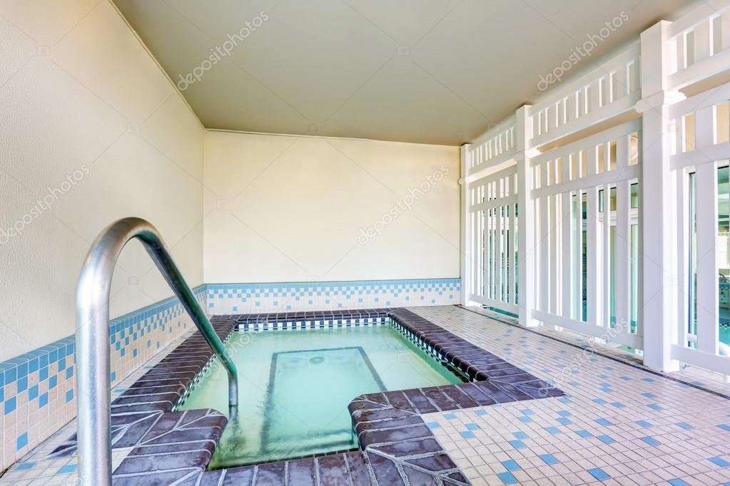 Piastrelle Per Interno Piscina : Interno di una piscina con pavimenti in piastrelle u foto stock