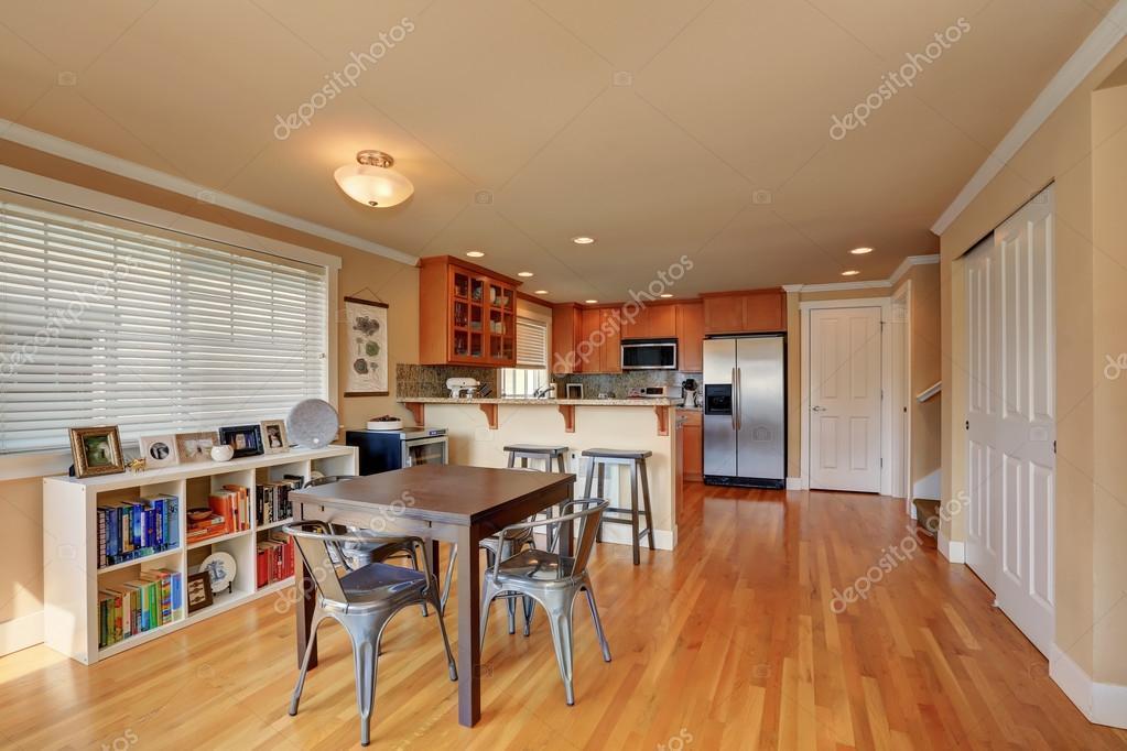 Eetkamer Keuken Open : Open plattegrond. eetkamer en keuken kamer interieur u2014 stockfoto