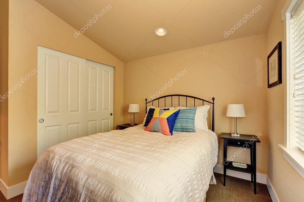 Camera Da Letto Beige : Interiore della piccola camera da letto beige con letto bianco e