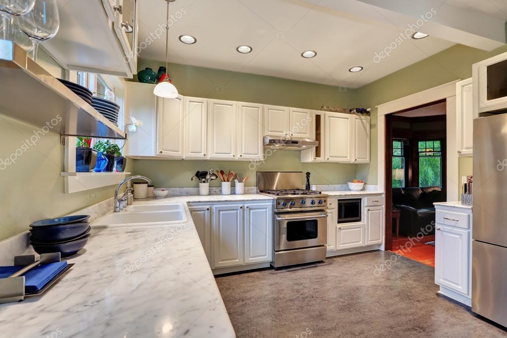 Helle Küche Interior Design Mit Weißen Schränke, Marmor Arbeitsplatte,  Edelstahlgeräte Und Linoleumboden. Nordwesten, Usa U2014 Foto Von Iriana88w