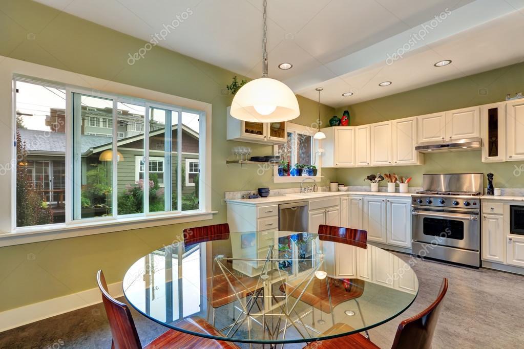 Blick auf Esstisch Set und Küche-Speicher-Kombination — Stockfoto ...