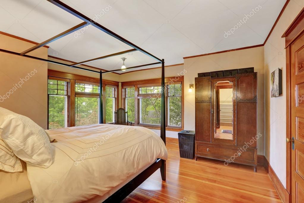 Innere des Haupt-Schlafzimmer mit Himmelbett — Stockfoto © iriana88w ...