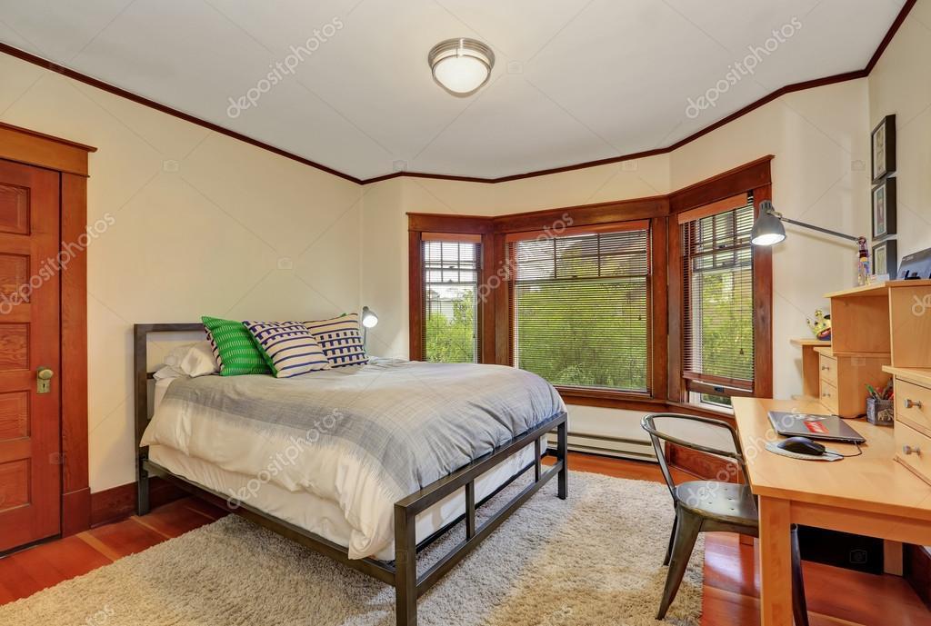 Interno di camera da letto bianco e marrone con scrivania in legno ...