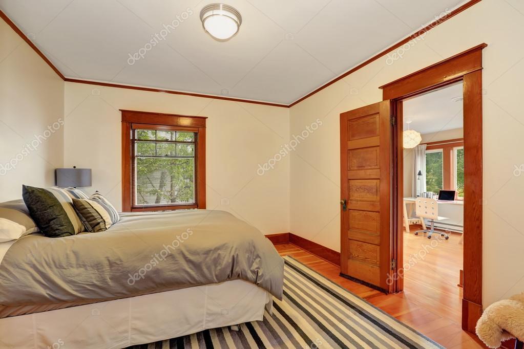 Interieur van mooie slaapkamer met grijs bed — Stockfoto © iriana88w ...