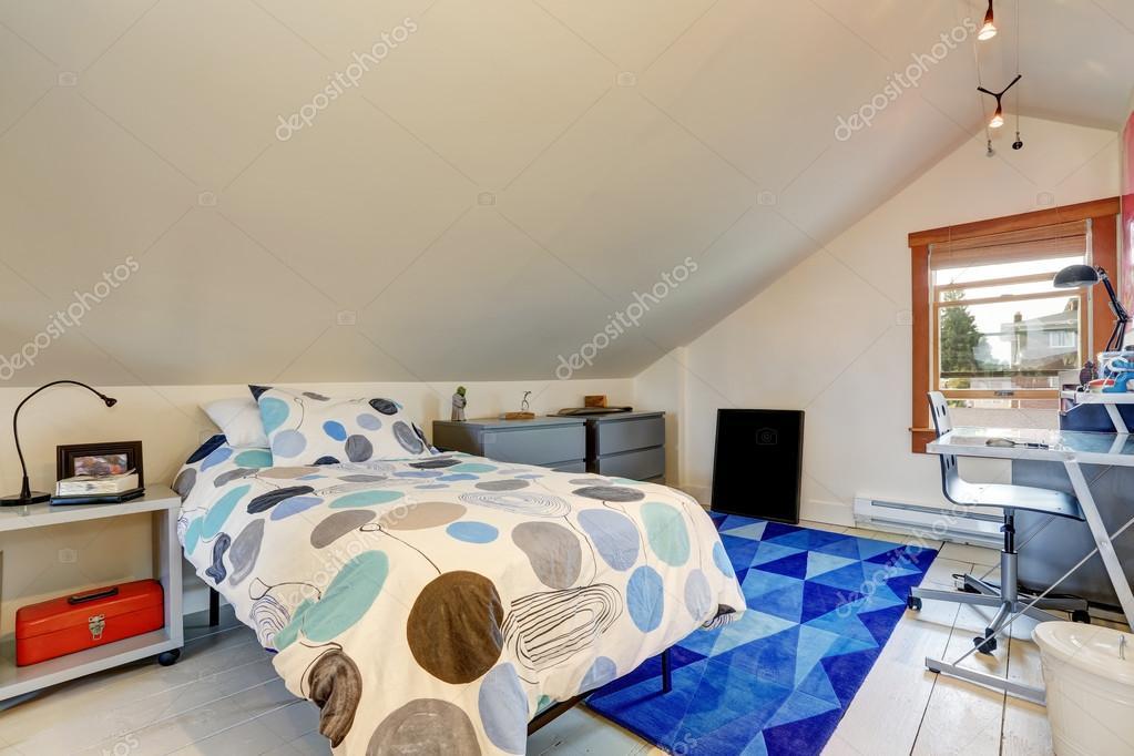 Kis munkaterületen csinos tetőtéri hálószoba — Stock Fotó ...
