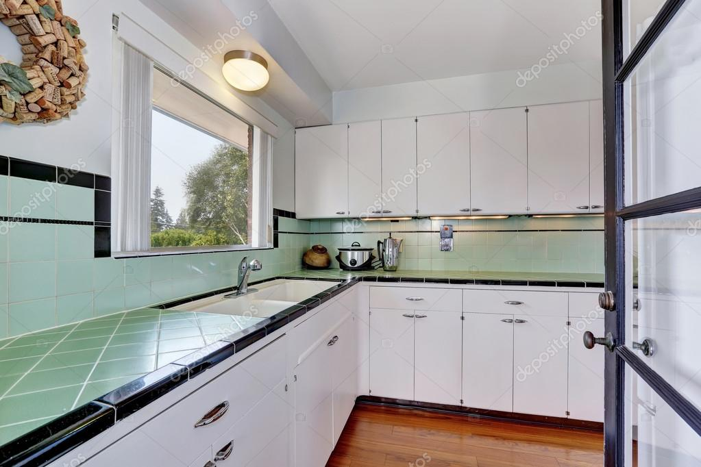 Witte lege eenvoudig oude keuken in amerikaanse huis u2014 stockfoto