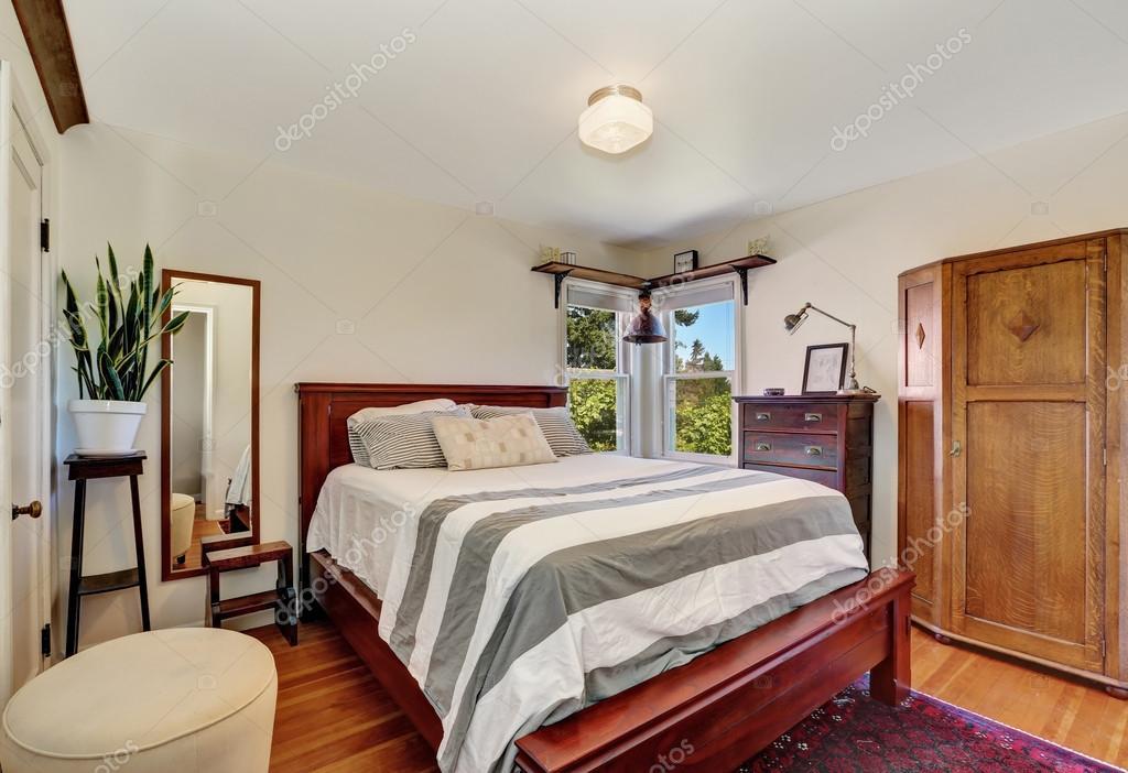 Schlafzimmer Innenraum Mit Queensize Bett Aus Holz Stockfoto