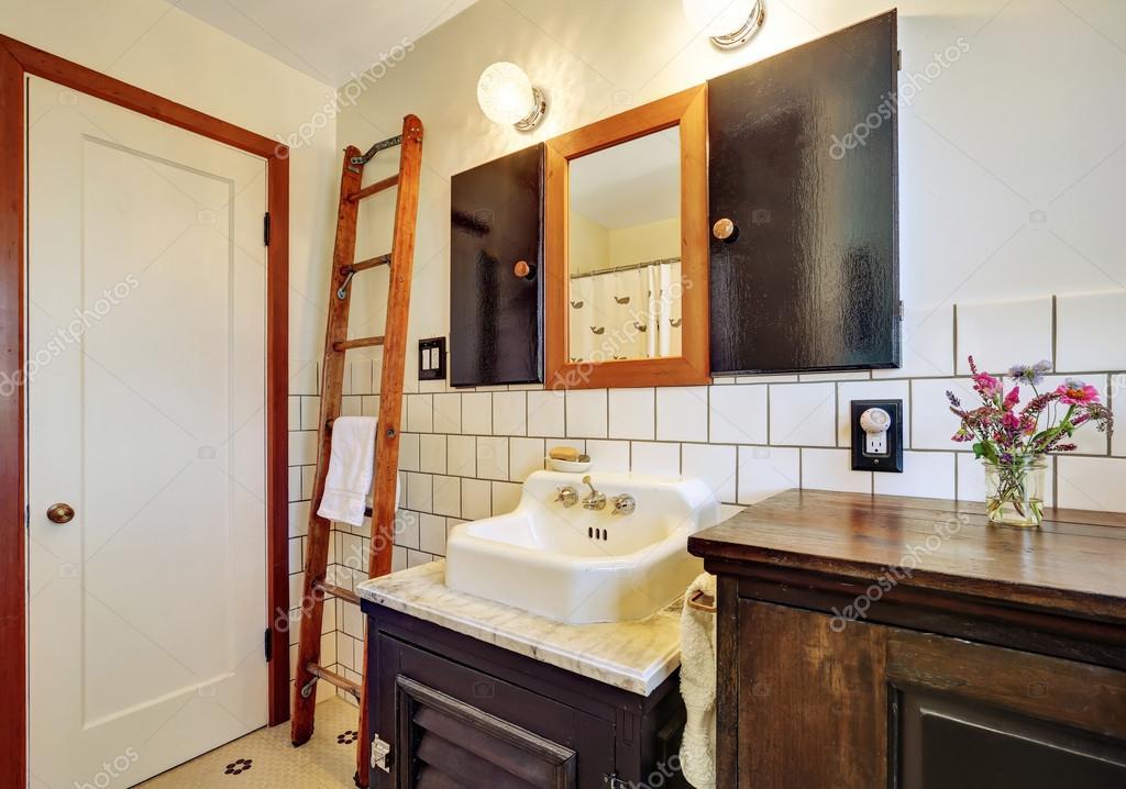 intrieur de salle de bain style ancien avec lavabo vintage photo - Salle De Bain Style Ancien