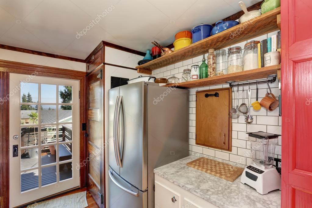 Oude stijl keuken interieur. houten planken en stalen koelkast