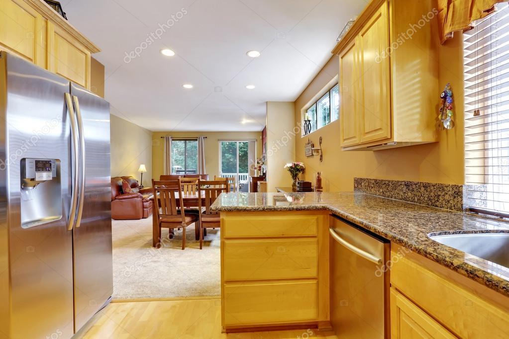 Interiore della cucina toni chiari con frigorifero moderno acciaio ...